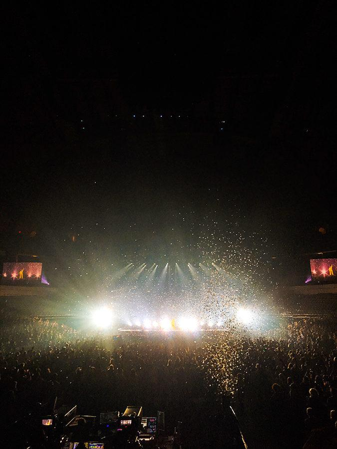 Star-shaped+confetti+falls+onto+the+audience+during+the+last+song+%22Team.%22