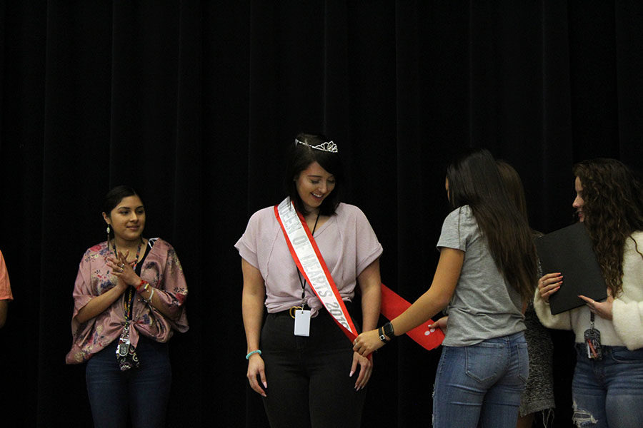 Senior+Jordon+Johnson+is+crowned+Queen+of+Hearts+on+the+stage+during+B+block+on+Thursday%2C+Nov.+14.
