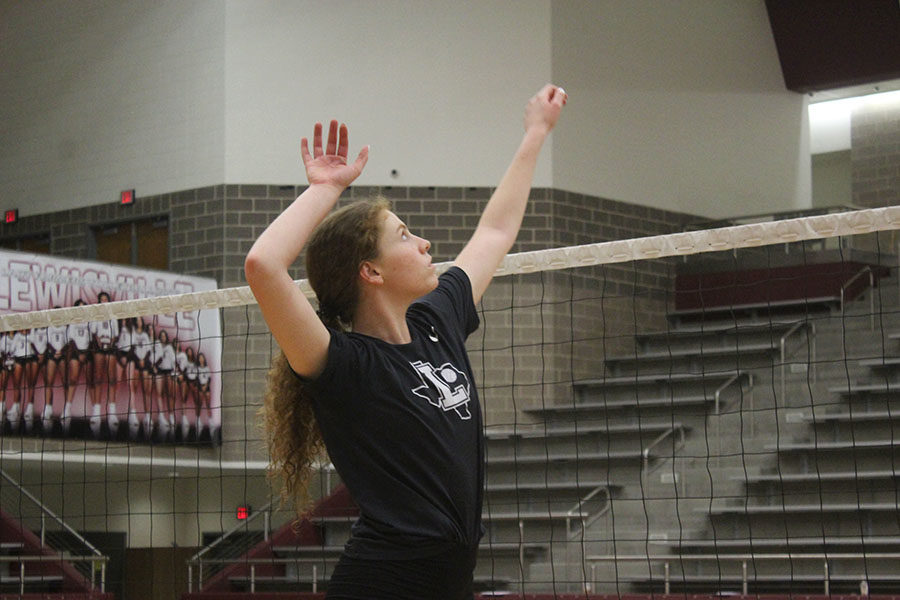 Senior+Emerson+Coburn+rehearses+the+motions+of+an+attack+during+practice+on+Thursday%2C+Sept.+19.+