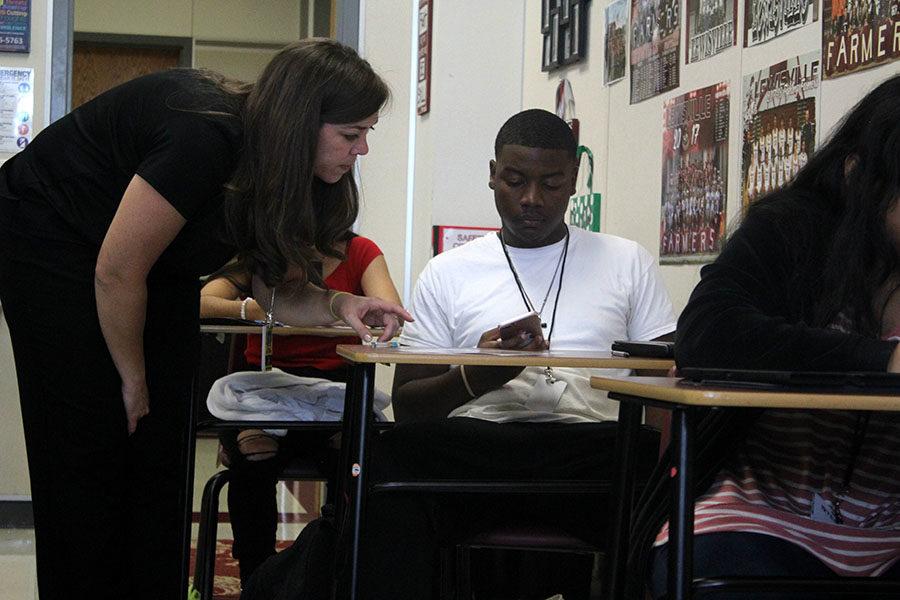 Math+teacher+Julie+Williams+assists+senior+Asa+Battles+during+a+test+on+Wednesday%2C+Sept.+25.