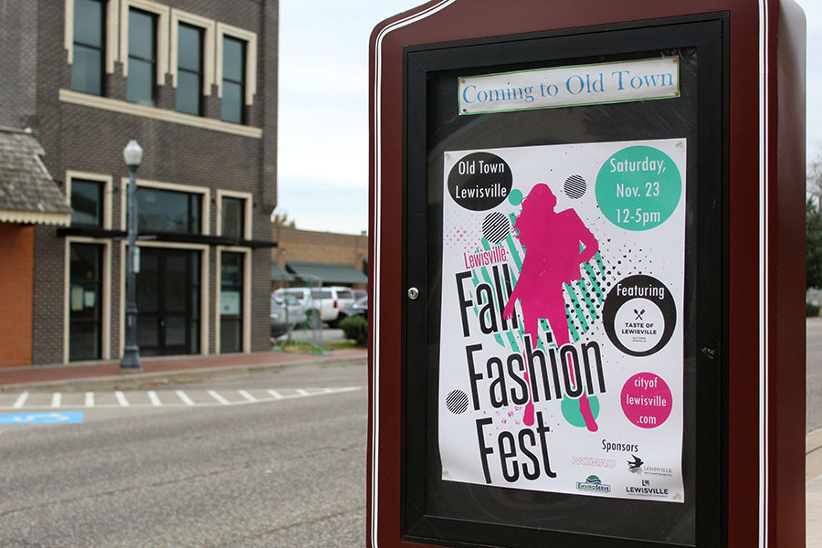 An+advertisement+for+the+Fall+Fashion+Fest+is+displayed+in+Old+Town+Lewisville.